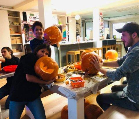 """Kürbis schnitzen für """"Halloween-Party"""" in der Oase"""