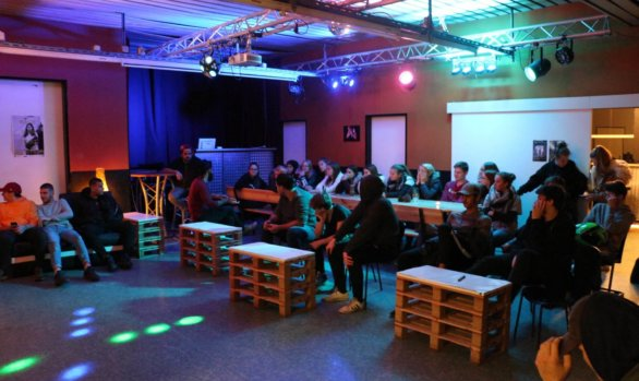 Besucher*innenversammlung im Jugendcafé CFY