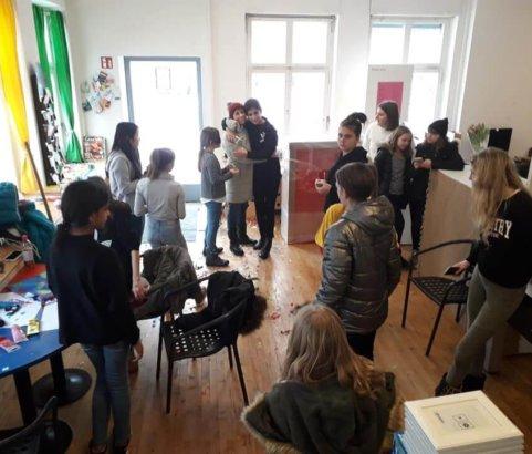 Freundinnen treffen und feiern im Mädchencafé