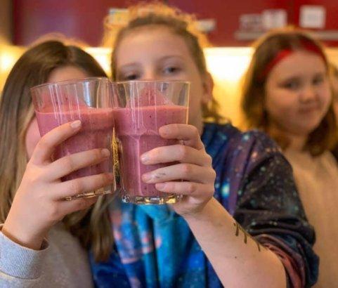 Smoothies machen im Mädchencafe