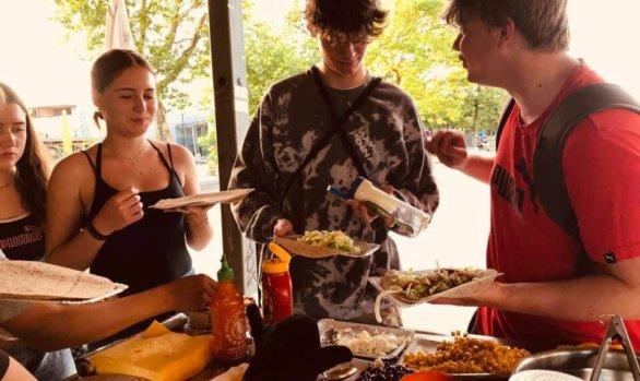 Gemeinsames Essen am Jugendplatz